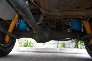 Rear end of the Toyota 105 Series fitted with two Airbag Man coil helper airbags